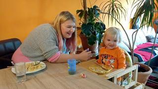 Nina und ihr Sohn Damian bei TV NOW