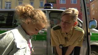 Die Straßencops werden von einem Mädchen überrascht bei TV NOW