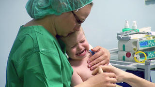 Dr. Bettina Lange untersucht den kleinen Konstantin  bei TV NOW