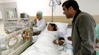 Seit Monaten leidet Leah unter starken Bauschmerzen.  bei TVNOW
