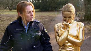 """Der Anblick einer """"goldenen"""" Frau löst einen Unfall aus"""
