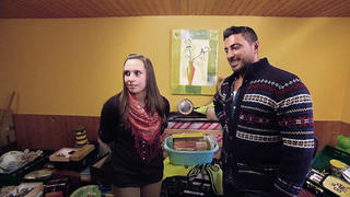Mit Sükrüs Hilfe will Laura die Wohnung entrümpeln