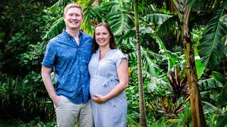 Manu und Konny reisen zur Geburt von Janinas Baby. bei TV NOW