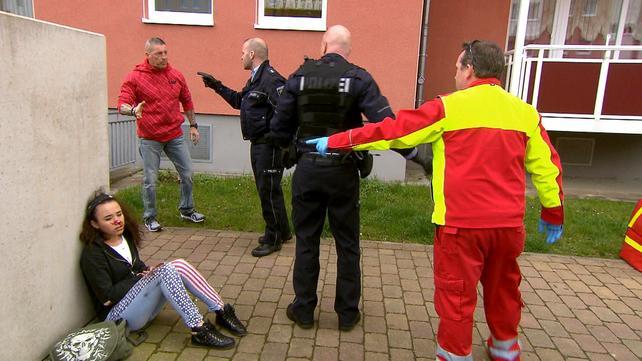 Die Straßencops - Jugend im Visier: Vater von Schlägerbraut verprügelt Sanitäter | Klauoma raubt Supermarkt aus