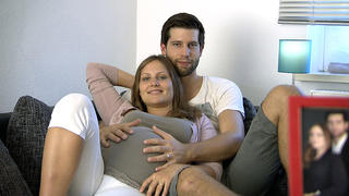 Sandhya und ihr Mann Bénédict bei TV NOW