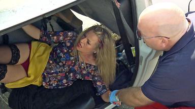Verdachtsfälle - 40-jährige Stiefmutter Wird Von Fremden Männern Mit Ihrem Auto Aufs Dach Gekippt