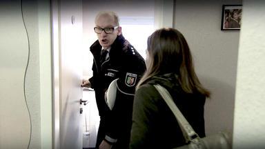 Verdachtsfälle - Attraktive Angestellte Sperrt Polizisten Ins Klo