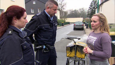 Die Straßencops - Jugend Im Visier - Polizei Findet Vermisste 15-jährige - Brennender Postwagen Stellt Polizei Vor Ein Rätsel