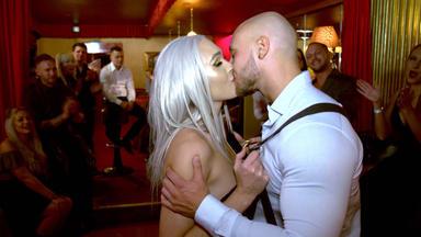 Ausgezogen - Die Stripper-wg - Philippe Und Georgi Werden Vor Der Hochzeit überrascht.