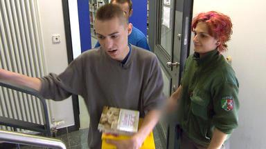 Der Jugendknast - Marcel Steht Für Die Gefängnis-mannschaft Im Tor