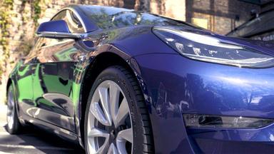 Auto Mobil - Thema Heute U.a.: Fahrbericht Mercedes Eqc Vs. Tesla