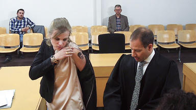 Gerichtsreport Deutschland - Schmerzensgeld Wegen Schlechten Tattoos (58) \/ Kind Folgt Fußgänger über Roter Ampel (48) \/ Angestel