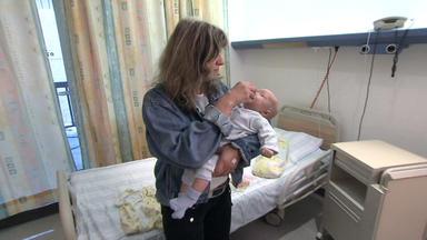 Familien Im Brennpunkt - 46-jährige Mutter Kümmert Sich Um Ausgesetztes Baby