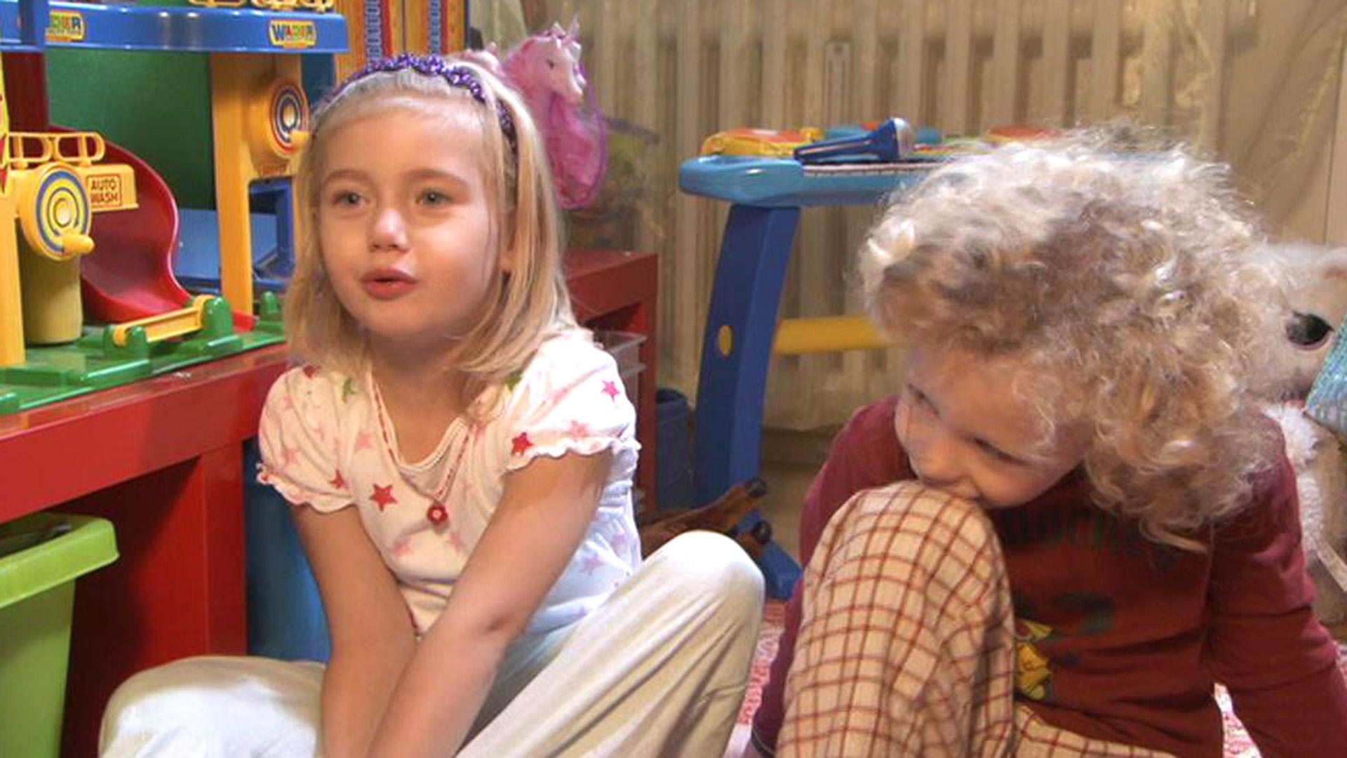 Kleine Kinder irren im Schlafanzug durch die Nacht | Folge 82