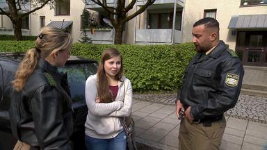 Die Straßencops - Jugend Im Visier - 18-jährige Wohnt Mit Baby Im Auto - Mädchen Werden In Umkleide Gefilmt