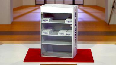 Die Superhändler - 4 Räume, 1 Deal - Gameboy Vitrine \/ Messingschiff \/ Bunter Stuhl \/ Eichel-eiskübel
