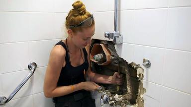 Gut Gebaut - \ - Sandra Muss Eine Badezimmerwand Aufstemmen
