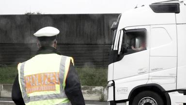 110 - Echte Fälle Der Polizei - Polizist Provoziert Gaffer \/ 15-jähriger Legt Sich Mit 8 Polizisten Gleichzeitig An \/ Betrunkener Au