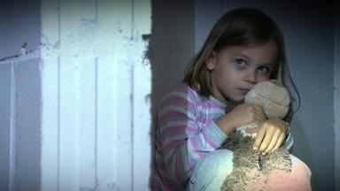 Verdachtsfälle - Mädchen Läuft Allein In Der Tiefgarage Rum