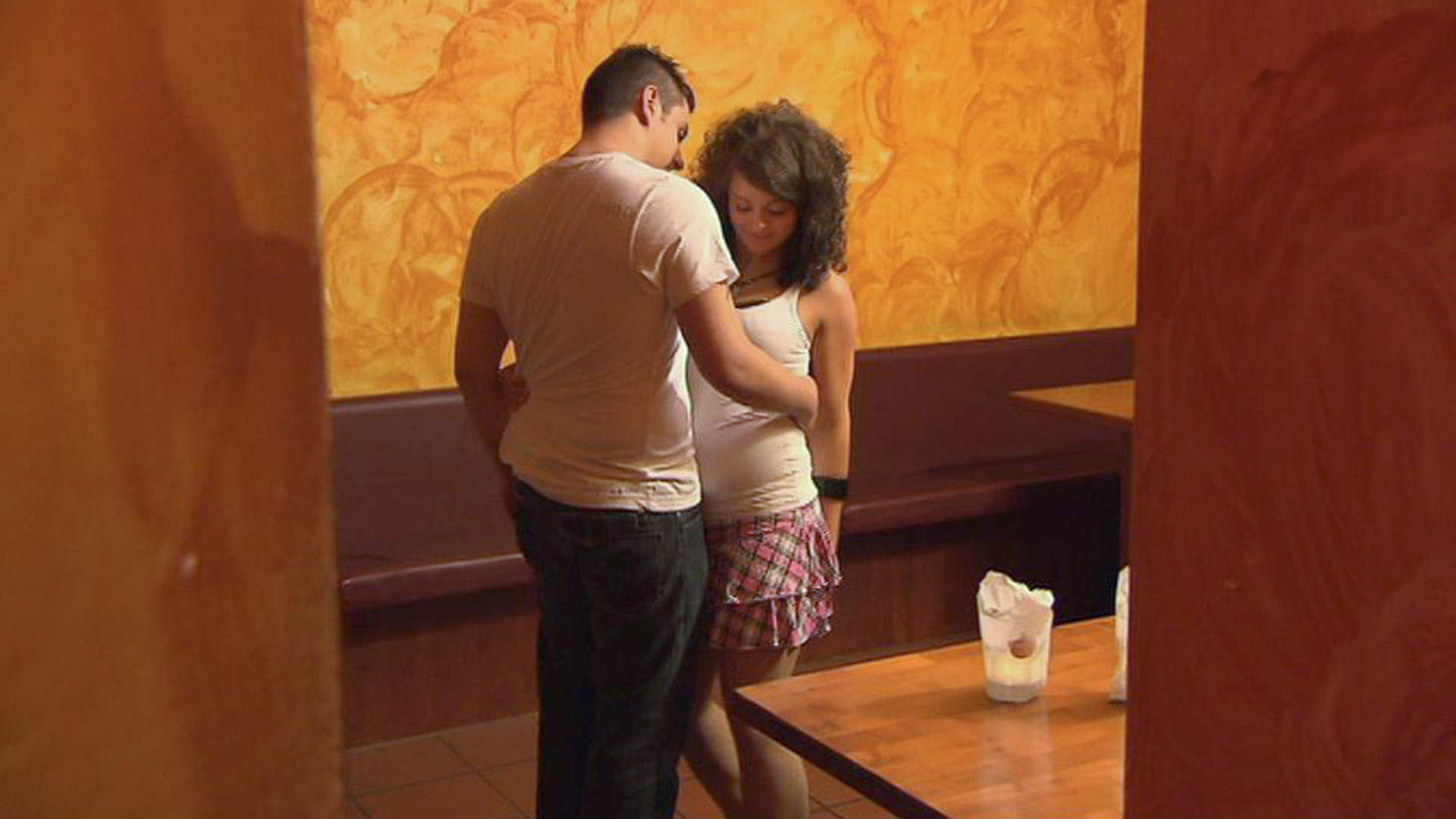 17-jährige Tochter baggert ständig alle Männer an | Folge 62