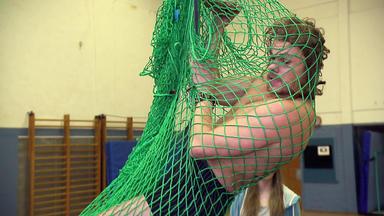 Der Blaulichtreport - Attraktiver Sportlehrer Geht Ins Netz \/ 69-jährige Rentnerin Sieht Aliens