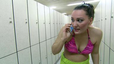 Der Blaulichtreport - Frau Wird Von Zwei Männern In Schwimmbadumkleide Bedrängt