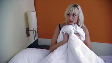 Der Blaulichtreport - Hotelbesucherin Findet Halbnackte Frau Im Bett
