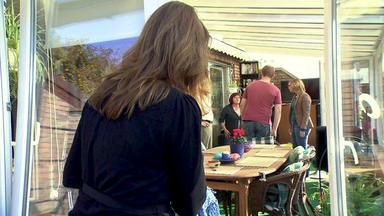 Familien Im Brennpunkt - Penetrante Nachbarin Macht Hausfrau Das Leben Schwer