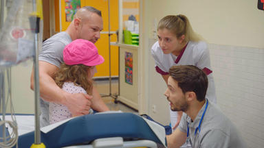 Station B1 - Kinderärzte Mit Herz - Simone Wird Von Ihrem Vater In Die Klinik Gebracht
