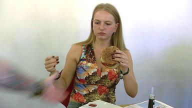 Der Blaulichtreport - Burgerladen-besitzer Schlägt Kundin Das Essen Aus Der Hand\/7-jähriger Bricht