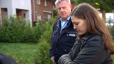Anwälte & Detektive - Gerechtigkeit Verbindet! - Multi-jobberin Wird Von Mann Arbeiten Geschickt