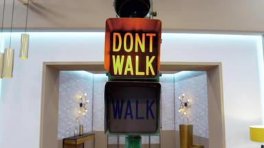 Die Superhändler - 4 Räume, 1 Deal - Us Fußgängerampel \/ Keramikvase Von Peter Pritzl \/ Art Déco Bronze Tänzerin \/ Beistelltisch