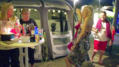Bella Italia - Camping Auf Deutsch - Burlesque Tänzerin Setty Heizt Der Fingerhuth-clique Ein