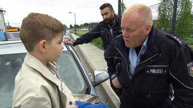 Der Blaulichtreport - 6-jähriger Im Damen-trenchcoat Hält Polizei Auf Trab