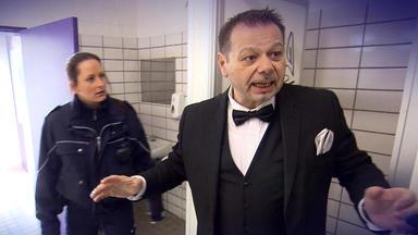 Der Blaulichtreport - Bräutigam Wird In Rastplatz-toilette Eingesperrt