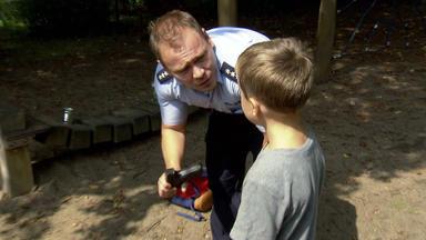 Verdachtsfälle - Junge Spielt Auf Spielplatz Mit Luftpistole